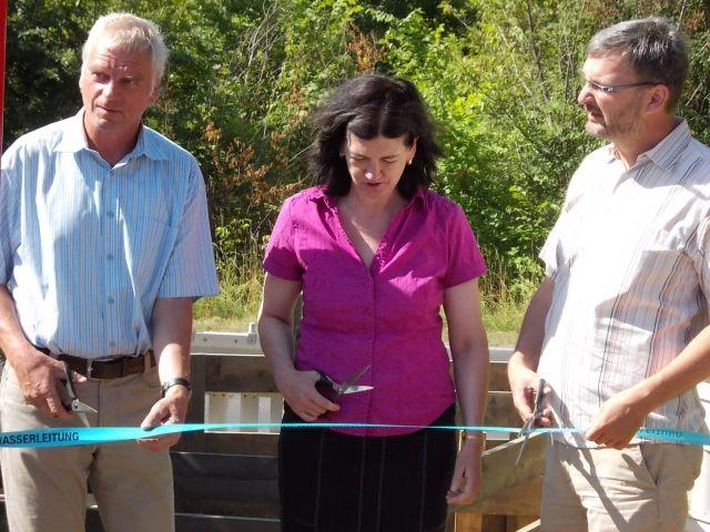 Inbetriebnahme der neuen Trinkwasserleitung (v.l.): Herr Schubert (Fa. MRA), Frau Rinne (Eigenbetrieb Kommunalservice Panketal),  Herr Fornell (Bürgermeister der Gemeinde Panketal)